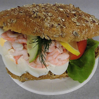 Räksmörgås med grovt bröd